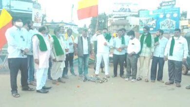 Photo of Farmers' Stir Intensifies In Hubballi; Buses Stopped, Tyres Burnt