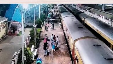 Photo of RPF Constable Rescues Man From Platform Gap