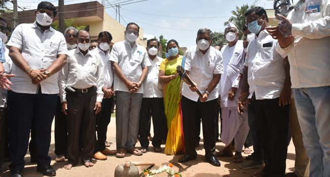 Photo of Shettar Instructs Contractors To Speed Up Road Works